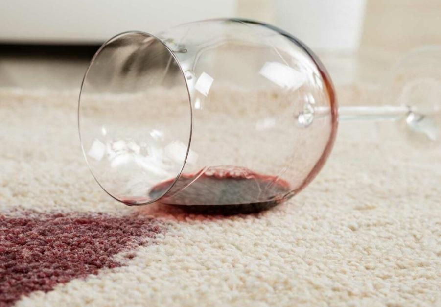 Verre de vin renversé sur un tapis beige