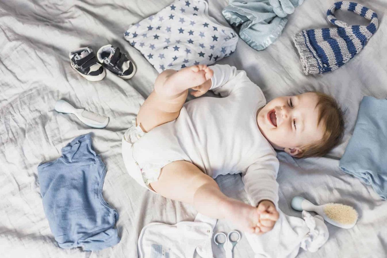 Enfant heureux au milieu de vêtements
