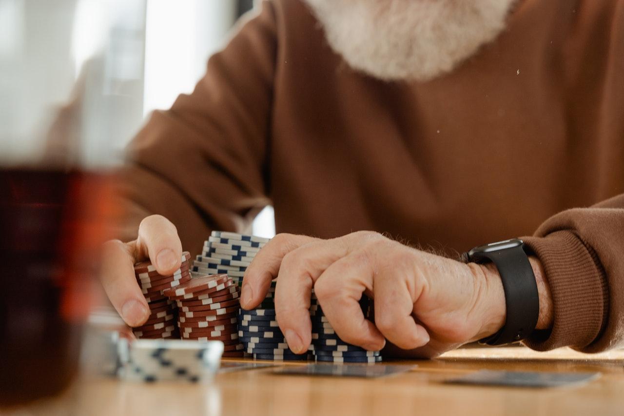 homme joue au poker