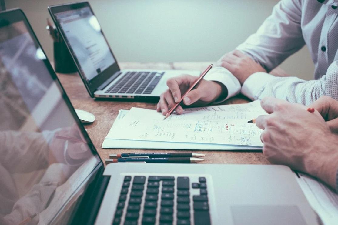 bureau ordinateur feuille stylo reunion hommes chemises travail