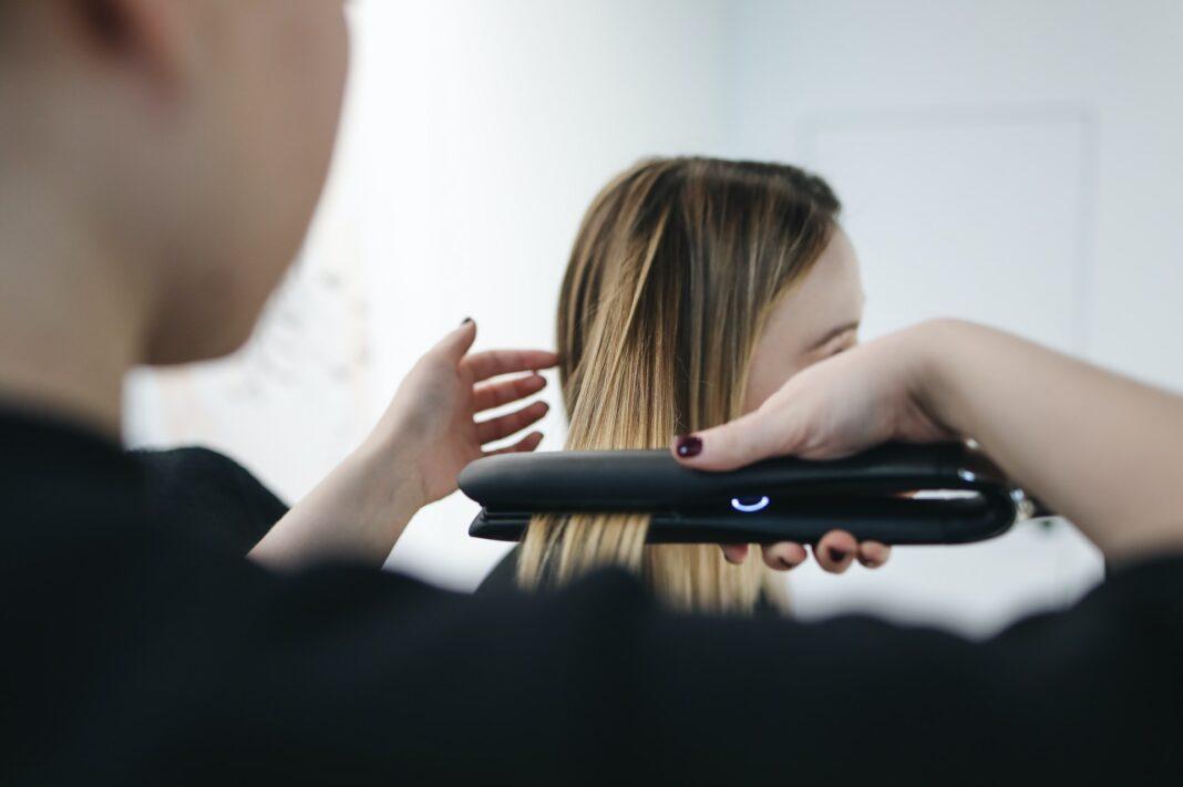 coiffeuse lisse cheveux femme avec lisseur professionnel