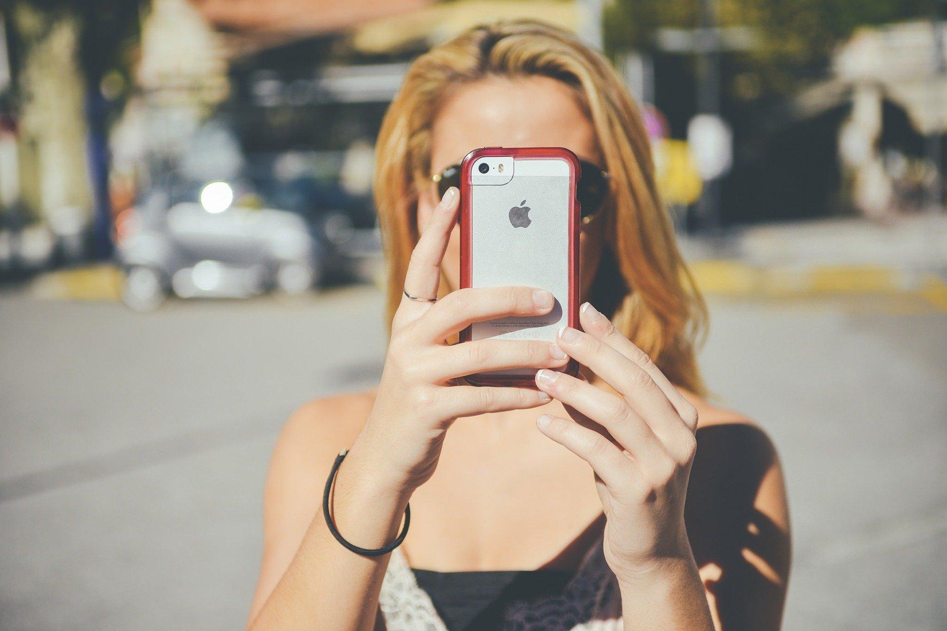 Femme avec un iphone dans les mains