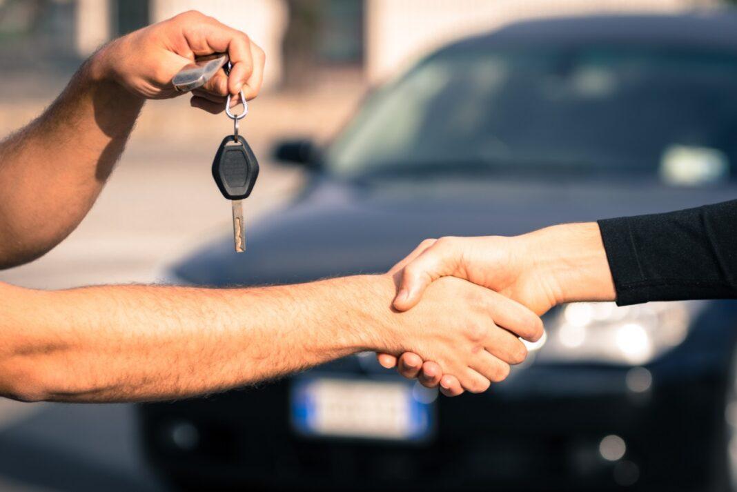 Serrage de mains après une vente de voiture