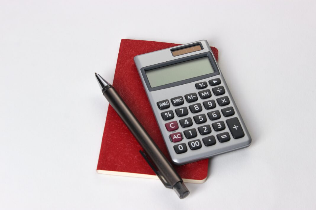 Calculette carnet rouge et stylo