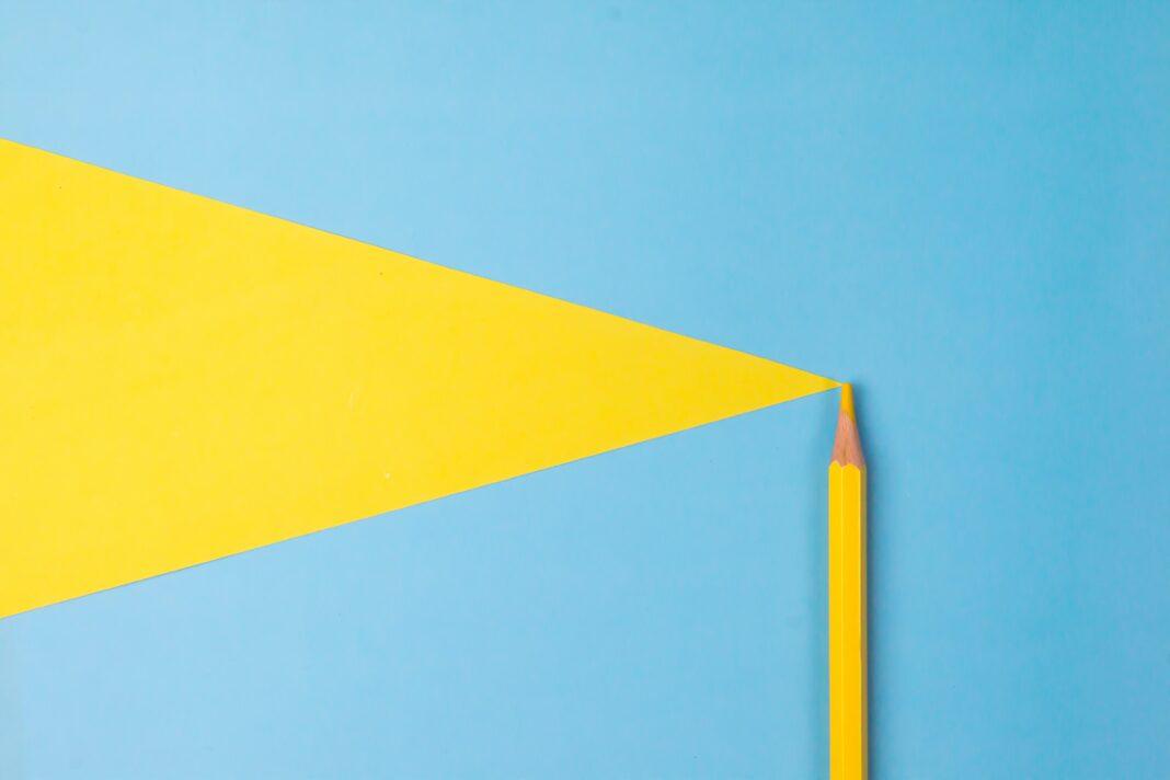 Triangle jaune sur fond bleu
